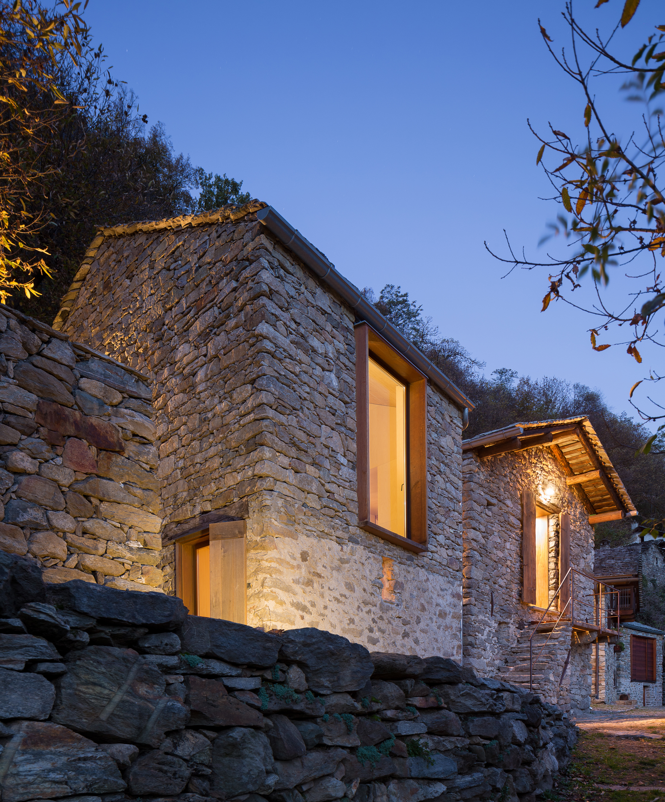 Mountain stone house vudafieri saverino partners for Modern stone houses architecture